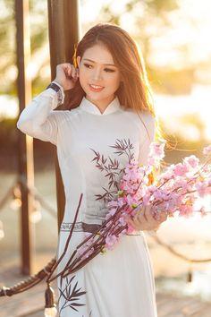 Long Dress Fashion, Fashion Dresses, Ao Dai, Girl Pictures, Girl Photos, Vietnamese Clothing, Vietnam Girl, Thing 1, Beautiful Asian Women
