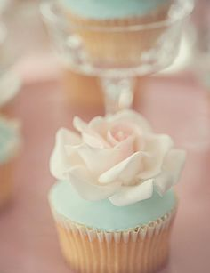 Baby Shower Ideas www.it I love the rose on top with the blue icing. Wedding Cupcakes, Mini Cupcakes, Cupcake Cakes, Blue Cupcakes, Rose Cupcake, Wedding Cake, Baby Shower Party Supplies, Baby Shower Parties, Baby Showers