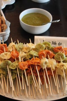 Cheap party food: Tortellini bites on skewers with pesto or pasta sauce