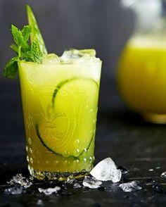 Raikas meksikolaistyyppinen ja holiton kurkkujuoma viilentää kesähelteillä. Kuori kurkku, niin saat juomasta kauniin vaaleanvihreän.