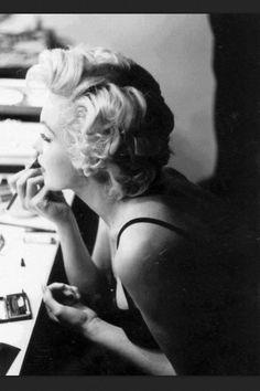 Maryline Monroe putting on her makeup