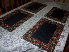 Jogo Americano em Patchwork, costurado com pontos decorativos a maquina, tecido 100% algodao, pode ser usado dos dois lados. Neste jogo sao 4 peças. R$54,00