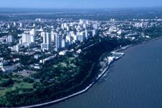 Maputo, Moçambique - Moçambique é um país banhado pelo Oceano Índico o que lhe proporciona praias realmente exuberantes, com areia branca e águas cristalinas.  Maputo, a capital, possui arquitetura mediterrânea, com avenidas arborizadas e cafés, além do mar. É a cidade mais charmosa da África.  A estação de trem da cidade foi projetada por um discípulo de Gustave Eiffel, é visita obrigatória.