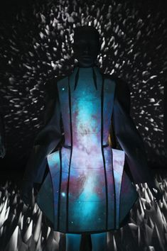'Alpha Lyrae' // Electroluminescent fabric designed by emerging Chinese designer Vega Zaishi Wang Space Fashion, Fashion Show, Fashion Design, Fashion Ideas, Men's Fashion, Fashion Trends, Interstellar, Futuristic Shoes, E Textiles