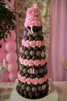 The Most Adorable Wedding Cakes With Vivid Pastels Pink Chocolate, Valentine Chocolate, Chocolate Covered Strawberries, Wedding Desserts, Wedding Cakes, Cake Pops, Healthy Party Snacks, Strawberry Tower, Chocolate Covered Treats