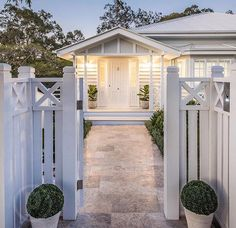 New house front fence decks ideas Die Hamptons, Hamptons Style Homes, Weatherboard House, Queenslander, Gazebos, Front Fence, Front Stairs, Fence Gate, Front Entrances