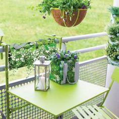 Klappbarer Balkontisch für die platzsparende Montage am Balkongeländer. #design3000 #balcony #terrace