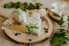 Szatén szalagos masnival díszített, greenery mintás esküvői meghívó. A tetőt levéve szétnyílik a dobozka és belül olvasható a meghívó szövege. #dobozosmeghívó #esküvőimeghívó #meghívó #kreatívcsiga #weddinginvitation #wedding #invitation #greenery #greenweddingdecor #greeninvitation #zöldesküvő #zöld Place Cards, Place Card Holders