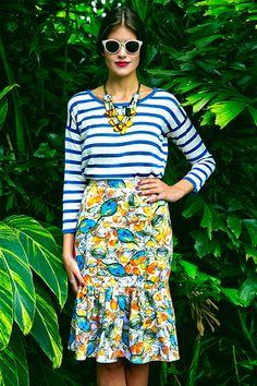 Mariana Cassou, co-founder e buyer do Gallerist, veste mix de estampas com top listrado azul, maxicolar colorido e saia mídi com babados e estampa tropical Isolda.