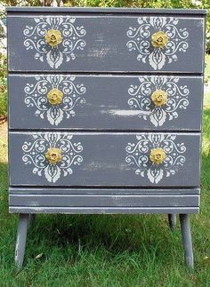Love this gray and touch of yellow. I just have to try this!!