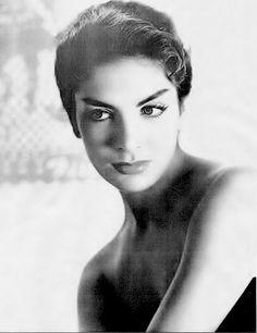 Biografía      Nació el 6 de noviembre de 1935 en Montijo, Badajoz, Extremadura, España. A los 5 años de edad, Elvira emigró a México como ...