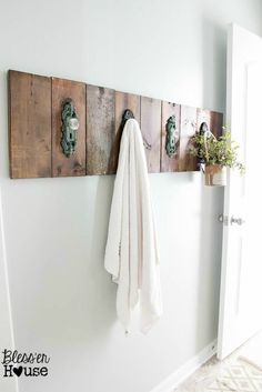Best Country Decor Ideas - Modern Farmhouse Towel Rack - Rustic Farmhouse Decor Tutorials and Easy Vintage Shabby Chic Home Decor for Kitchen, Living Room and Bathroom - Creative Country Crafts, Rustic Wall Art and Accessories to Make and Sell Cocina Shabby Chic, Shabby Chic Kitchen, Shabby Chic Homes, Modern Farmhouse Bathroom, Country Farmhouse Decor, Country Crafts, Farmhouse Style, Industrial Farmhouse, Farmhouse Design