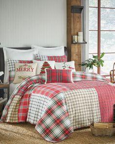 Thatch Home Christmas Carol Luxury Quilt Neutral Bedroom Decor, Vintage Bedroom Decor, Bedroom Colors, Bedroom Ideas, Bedroom Red, Bedroom Stuff, Christmas Bedding, Christmas Interiors, Christmas Quilting