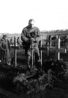 German sniper stands over the grave of a friend. German Soldiers Ww2, German Army, Military Photos, Military History, World History, World War Ii, Ww2 Photos, Historical Images, Panzer