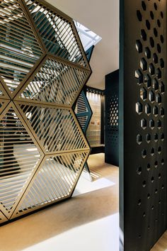 Inspiration for Mix and Match Traditional Wall with Modern Interior – The Urban Interior - Raumteiler Interior Architecture, Interior And Exterior, Partition Screen, Partition Walls, Divider Screen, Screen Doors, Room Partition Designs, Partition Ideas, Design Commercial