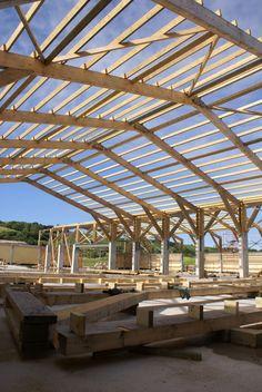 Construcción de pórticos de madera laminada de 25m de luz. www.maderasinlimites.com