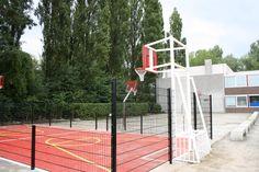 Mini-multisportkooi, lokatie Amsterdam. Pannavoetbal en mini-basketbal in 1. Op de achtergrond onze rvs-basketbalpalen met antivandalenborden.