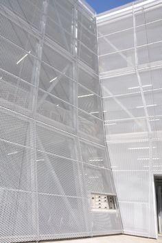 なかまちテラスを覆うエキスパンドメタル