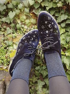 DIY Starry Sky shoes ✴ Done using a cheap blue velvet oxford style shoe I bought for te purpose. The stars were painted on using book binder glue mixed with a lot of silver and gunmetal coloured. Sock Shoes, Cute Shoes, Me Too Shoes, Shoe Boots, Mode Chic, Mode Style, Boyfriend Jeans Kombinieren, Pretty Outfits, Cool Outfits