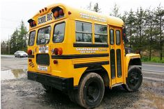"""A really, really """"short"""" bus. I see Mikey M driving this bus! Cool Trucks, Cool Cars, Carros Vw, Kangoo Camper, School Bus Driver, School Buses, Chartered Bus, Monster Trucks, Short Bus"""