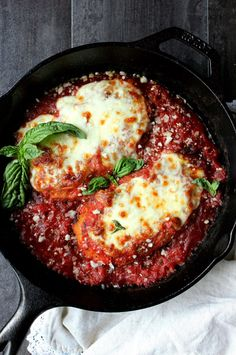 Dinner for Two: Skillet Chicken Parmesan! a lightened-up version of the classic … Dinner for Two: Skillet Chicken Parmesan! a lightened-up version of the classic dish, this healthy spin on comfort food is not to be missed! easy, simple, and delicious. Skillet Chicken Parmesan, Chicken Parmesan Recipes, Baked Chicken, Healthy Chicken, Parmesan Meatloaf, Stuffed Chicken, Garlic Chicken, Frango Chicken, Cooking Recipes