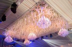 Casamento Asiático de luxo com lustres e flores como decoração Chandelier, Ceiling Lights, Lighting, Home Decor, Night Lamps, Transitional Chandeliers, Wedding Decoration, Luxury, Flowers