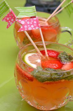 Erdbeer-Bowle mit Limetten, Zitronengras und Minze