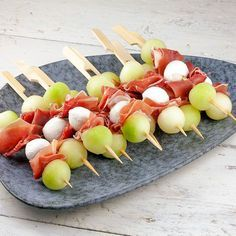 Melon mozzerella and prosciutto easy and delicious tapas Recipe on ohmydishcom ohmydishnl recipe easyrecipe ohmydish melon mozzarella prosciutto tapas Gourmet Recipes, Snack Recipes, Healthy Recipes, Chicken Skewers, Recipe Images, Party Snacks, High Tea, Summer Recipes, Food Print