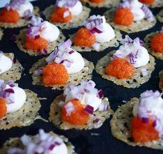 Parmesanchips med löjrom och rödlök | Älska att Baka