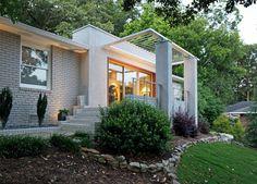 Modernismo post-guerra: pequeña casa de la posguerra se ha convertido en un hogar moderno y contemporáneo