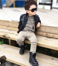 Haar style JJ + stoere outfi Leather jacket, dark khaki colored pants and black sneakers with cool black shades.