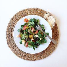 Ce dimanche, je suis (un peu) sage  Et vu que j'apprécie autant l'explosion de couleurs dans une tenue que dans une assiette...ce sera: Salade de mâche, tomates cocktail, cantal, mozzarella et olives noires!  Bon appétit vous! ✌️ #moinsdanslecul #salad #emicuisine