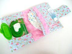 Olá, por favor escolha a sua estampa no mostruário ao final do anúncio.    Porta Fraldas, Lenço Umedecido e Pomada / Kit Higiene para bebês  - 1 bolso para fraldas (Cabem até 3 fraldas)  - 1 bolso para pomada etc  - 1 bolso para os lenços umedecidos    * Imagem ilustrativa  Fraldas,lenços umedeci...