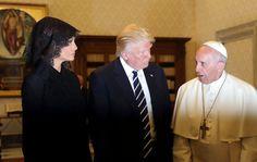 Esta polémica del coste excesivo viene a sumarse a la de su barroco estilismo con el papa, con mantilla mal colocada incluida.