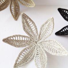3 отметок «Нравится», 3 комментариев — @afloplus в Instagram: «絹糸と銀糸を編み込んだブローチ(エレガントな女優さん風)。明日から開催の「コンテンポラリーアートジュエリー展」@阪急うめだ本店にて、ぜひご覧下さいませ。»