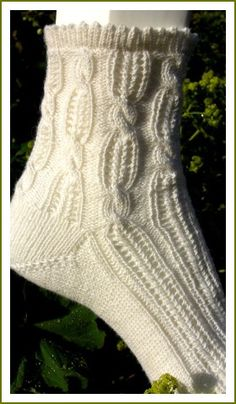 Take: white cotton sock yarn, some cables, some more wholes and here we are: the Airy Summer Socks!