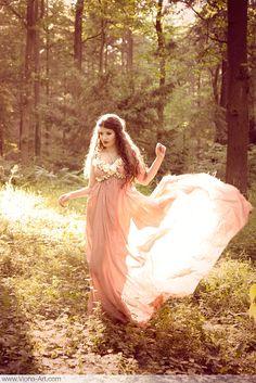 mirrorofthemagus:  Midsummer Maiden. Photo by Viona-Art. Please retain photographer's credit–many thanks!