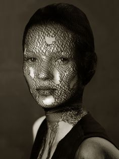 Model: kate-moss 1993 Photographer: Irving Penn Penn partnership with Voue magazine for his portraits' life, and shot fashion photography from unnecessary decoration. Irving Penn, Kate Moss, White Photography, Portrait Photography, Fashion Photography, Timeless Photography, Conceptual Photography, People Photography, Beauty Photography