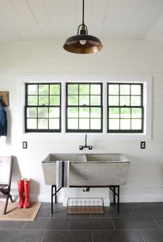 Check out this vintage concrete sink in this MODERN FARMHOUSE LAUNDRY ROOM REVEAL! #farmhouselaundryroom