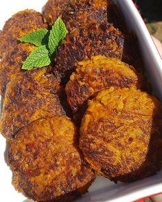Morotsbiffar 9 st 700 gr morötter 1 lök 0,75 dl ströbröd 1/2 dl mjöl 1 halt msk vegeta 1,5 ägg 1 tsk paprikapulver 1 tsk torkad persilja 1 tsk curry salt o peppar olja Hacka löken och stek den mjuki lite olja ställ åt sidan så den svalnar. Riv morötterna på finsidan av rivjärnet och lägg i allt i e New Recipes, Vegan Recipes, Snack Recipes, Cooking Recipes, Steaks, Shrimp Toast, Good Food, Yummy Food, Curry