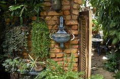 """El paladar la Cocina de Lilliam se encuentra en los jardines de una hermosa mansión de Miramar. Su eslogan """"siéntete como un presidente por una noche"""" proviene de la visita del ex-presidente de Estados Unidos Jimmy Carter, que cenó en este restaurante el 13 de mayo de 2002."""