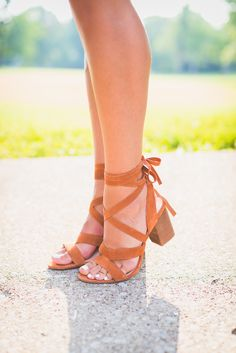 lace up sandals | wrap around sandals // @asoutherndrawl
