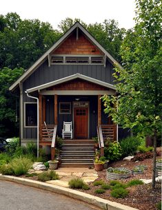 42 Minimalist Home Exterior Design Model Rustic Farmhouse 2019 Good color. Good model for vertical board and batten w/contrasting shake gable and clear wood posts. House Siding, House Paint Exterior, Exterior House Colors, Home Exterior Design, Home Exteriors, Shingle Siding, Wood Siding, Style At Home, Rustic Exterior