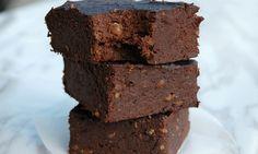 Brownies som er sunn, vegansk, glutenfri og sukkerfri? Det er faktisk ikke for godt til å være sant, og du lager den med kun tre ingredienser!