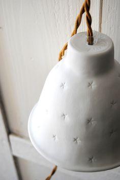 NUIT ETOILEE Les petites baladeuses et suspensions nuit étoilées sont un best-seller. Elles sont notamment parfaites en lampe de chevet. Elles feront briller leurs petites étoiles par transparence lorsque la nuit arrivera. Version MatPetit modèleCordon textile doré avec interrupteur.Dimensions : Haut. 12 cm - Diam. 15 cm