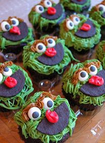 Chef Mommy: Sesame Street Cake and Cupcakes. Grover cupcakes. 2nd birthday ideas.
