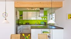 Weiße Küche mit grüner Farbe an der Wand