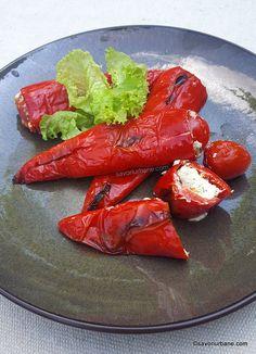 cum se fac ardei rosii umpluti cu branza la grill Saveur, Feta, Carrots, Chili, Grilling, Vitamins, Good Food, Food And Drink, Appetizers