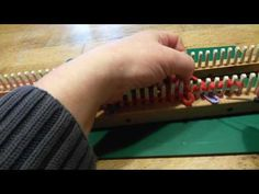 Pauwensteek op de breiring, Peacock's tail stitch on loom - YouTube Also English tutorial available on this channel