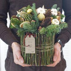 Брутальная композиция - для сильных и стильных  Представлена в единственном экземпляре и уже готова отправится поздравлять с наступающим Новым годом ✨ #florisant_ru #florisant #флорисант #цветочнаяflorisant #цветывдохновляютэмоции #доставкацветов #доставкацветовспб #букетспб #букетыспб #цветыспб #букетвкоробке #цветывкоробке #санктпетербург #спб #flower #f_p_d #floweroftheday #пионовидныерозы #букетдня #букетвшляпнойкоробке #букетневесты #spb #flowers #новогоднийвенок #рождественскийвен...